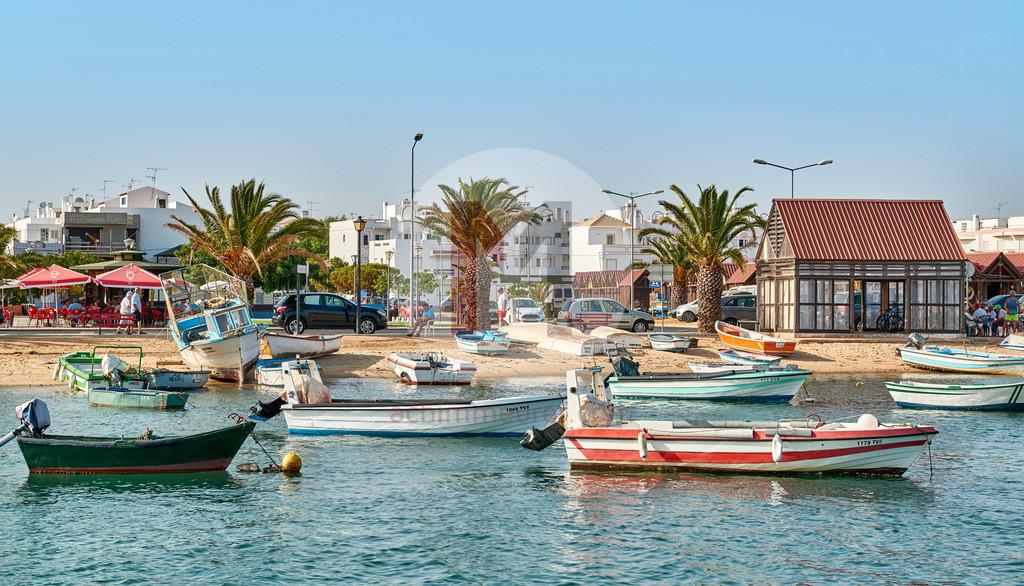 Das Fischerdorf Santa Luzia an der Algarve in Portugal