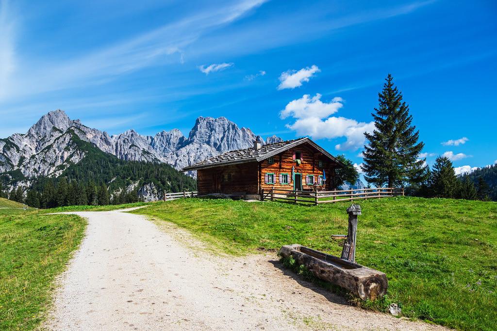 Blick auf die Litzlalm mit Hütte in Österreich | Blick auf die Litzlalm mit Hütte in Österreich.