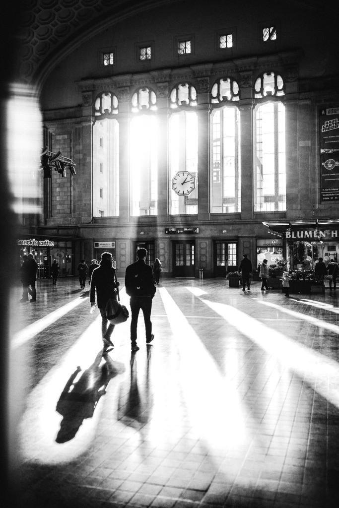 Hauptbahnhof Leipzig Ankunft   Leipzig Hauptbahnhof im Licht der Sonne. Die Eingangshallen geben einen magischen Eindruck und ein besonderes Flair, dieses wunderbaren Gebäudes in Leipzig.