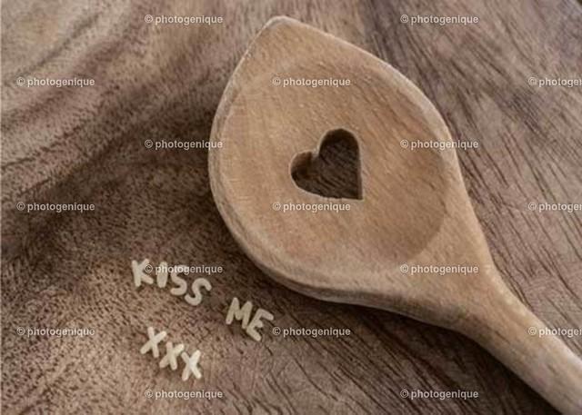 Kochlöffel Kiss me xxx | Kochlöffel mit Herz und Schrift Kiss me xxx aus Nudeln