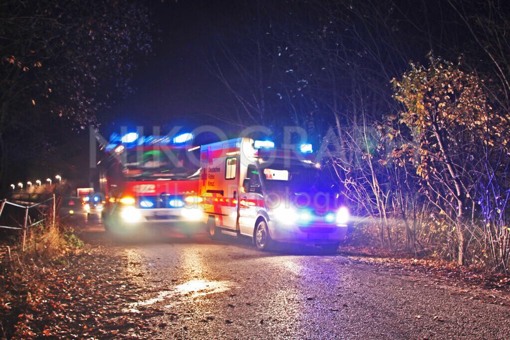 Feuerwehr und Rettungsdienst  | Ein Feuerwehrfahrzeug und ein Rettungswagen mit Blaulicht bei einer gemeinsamen Übung