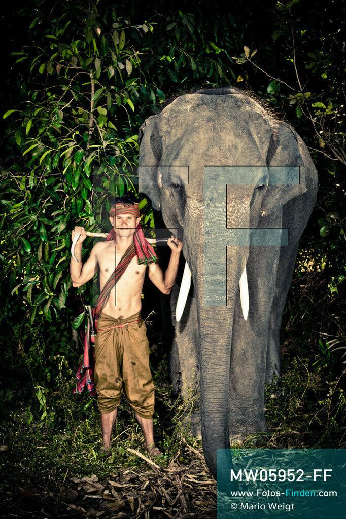 MW05952-FF   Thailand   Goldenes Dreieck   Reportage: Mahut und Elefant - Ein Bündnis fürs Leben   Mahut Dom und sein Elefant Ken im Dorf Ban Ta Klang nahe Surin. Dom gehört zur ethnischen Gruppe der Kui.  ** Feindaten bitte anfragen bei Mario Weigt Photography, info@asia-stories.com **