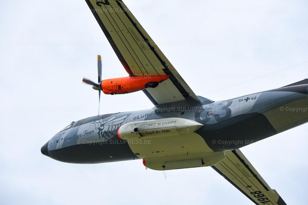 Transportflugzeug Transall C-160D - Goodbye Tour   Kiel-Holtenau, die Transall C-160D fliegt letztmalig in Norddeutschland zur Abschiedstour über dem Flugplatz Kiel-Holtenau. Die Maschine 50+40 vom Lufttransportgeschwader 63 hat zu diesem Anlass eine Sonderlackierung bekommen. Die Transall ist seit 1968 bei der Bundeswehr aktiv und die letzten Maschinen werden in diesem Jahr außer Dienst gestellt.