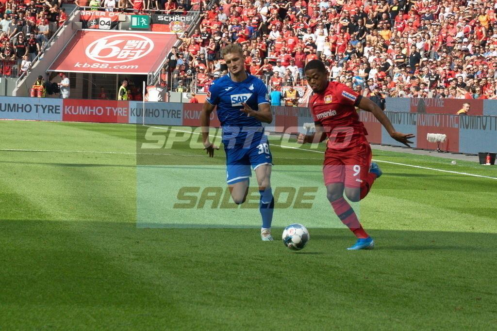 Bayer 04 Leverkusen - TSG 1899 Hoffenheim | Hoffenheims Stefan Posch (links) gegen Bayers Leon Bailey