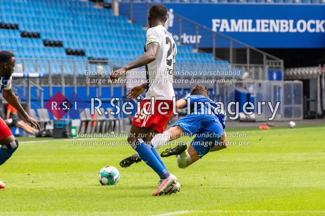 Fußball, Herren, Testspiel, Hamburger SV - FC Hansa Rostock, Volksparkstadion, 09.08.2020 | Aaron Opoku (#29 HSV), Nils Butzen (#16 Hansa Rostock)