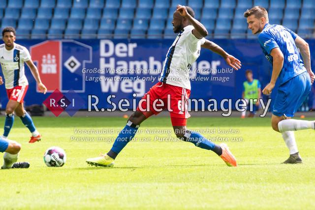 Fußball, Herren, Testspiel, Hamburger SV - FC Hansa Rostock, Volksparkstadion, 09.08.2020 | David Kinsombi (#6 HSV), Björn Rother (#6 Hansa Rostock) im Zweikampf