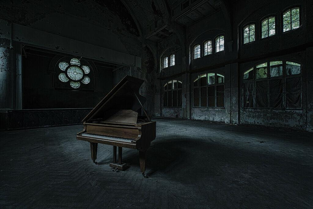 Aula mit Piano | Piano in einer Aula in den Beelitz Heilstätten