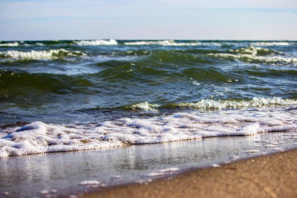Strand in Weidefeld   Wellen am Weidefelder Strand