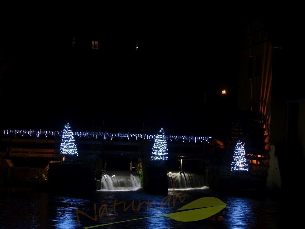 Weihnachtswasserfall | Beleuchteter Wasserfall in weihnachtlicher Dekoration