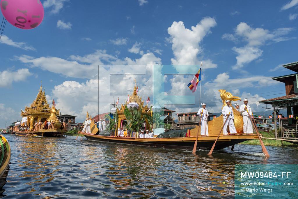 MW09484-FF | Myanmar | Nyaung Shwe | Reportage: Phaung Daw U Fest | Während der großen Bootsprozession transportiert die königliche Barke Shwe Hintha in Form eines Karaweik-Vogels vier goldene Buddha-Statuen von Dorf zu Dorf auf dem Inle-See.  ** Feindaten bitte anfragen bei Mario Weigt Photography, info@asia-stories.com **