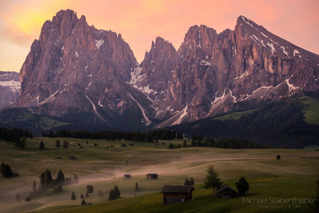 Seiser Alm   Die Seiser Alm mit dem Langkofel  in den Dolomiten in Südtirol / Italien