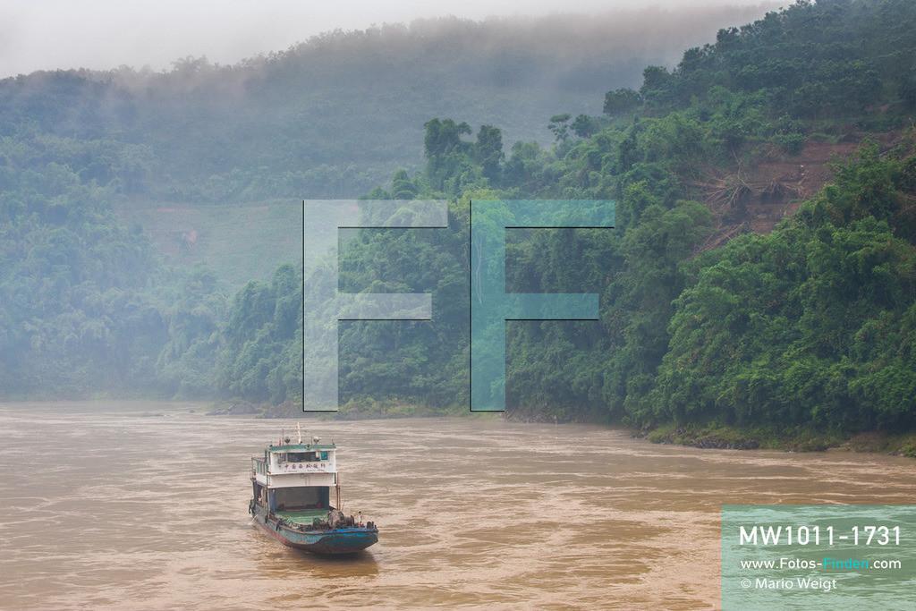 MW1011-1731 | China - Thailand | Provinz Yunnan | Xishuangbanna | Reportage: Schiffsreise mit dem Cargoboot von Guan Lei nach Chiang Saen auf dem Mekong | Ein chinesischer Frachter kommt aus Thailand und legt im Hafen von Guan Lei an. In China heißt der Mekong Lancang Jiang (Turbulenter Fluss).  ** Feindaten bitte anfragen bei Mario Weigt Photography, info@asia-stories.com **