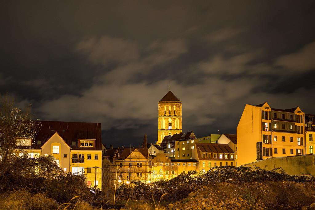 Blick auf die Nikolaikirche in Rostock bei Nacht | Blick auf die Nikolaikirche in Rostock bei Nacht.