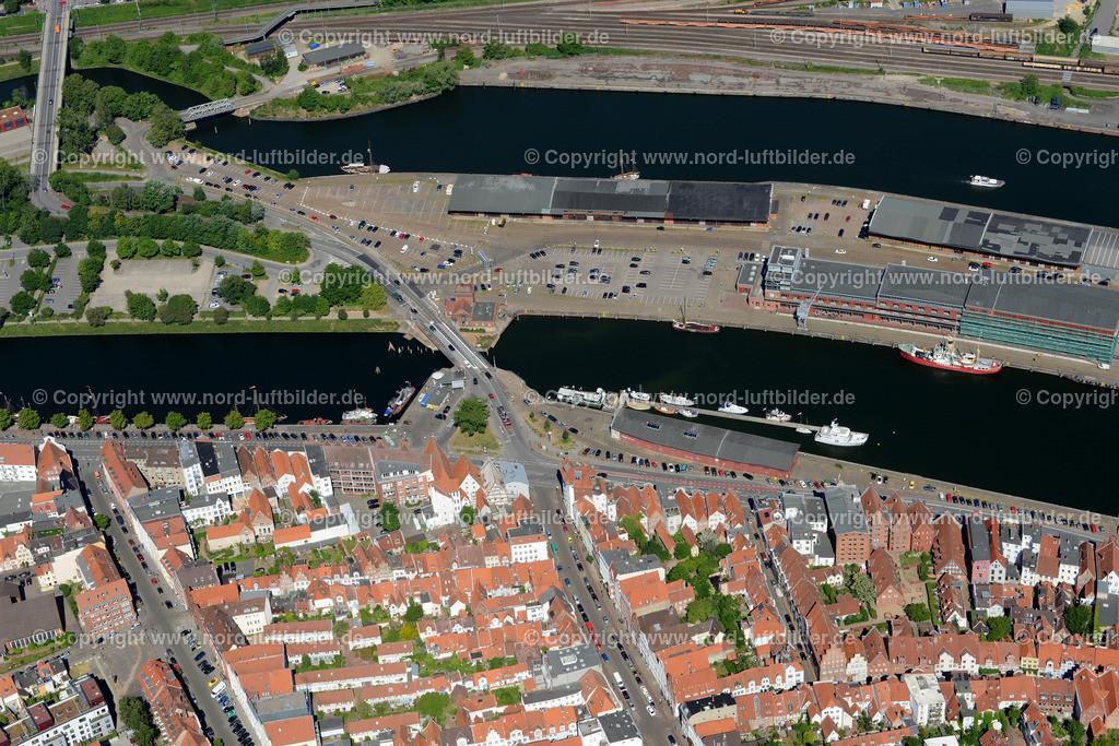 Lübeck_ELS_8401151106 | Lübeck - Aufnahmedatum: 10.06.2015, Aufnahmehoehe: 589 m, Koordinaten: N53°52.135' - E10°41.529', Bildgröße: 6705 x  4475 Pixel - Copyright 2015 by Martin Elsen, Kontakt: Tel.: +49 157 74581206, E-Mail: info@schoenes-foto.de  Schlagwörter;Foto Luftbild,Altstadt,HolstenTor,Kirche,Hanse,Hansestadt,Luftaufnahme,
