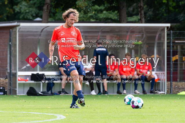 Fußball, Herren, Testspiel, Hamburger SV - FC Midtjylland, HSV-Trainingsplatz am Volksparkstadion, 20.08.2020 | Alexander Scholz (#14, Midtjylland)