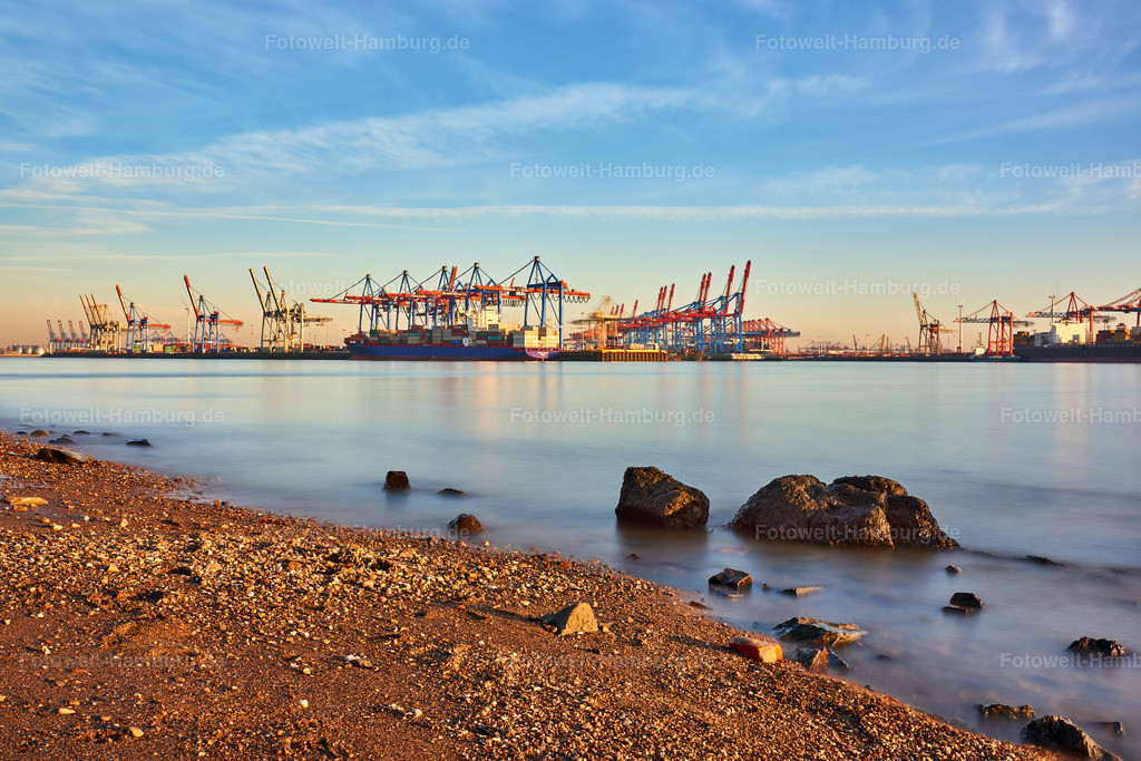 10190212 - Am Elbstrand | Verträumte Stimmung am Elbstrand mit Blick auf den Containerterminal Burchardkai.