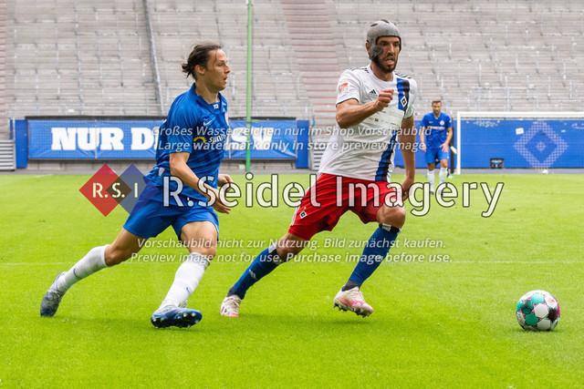 Fußball, Herren, Testspiel, Hamburger SV - FC Hansa Rostock, Volksparkstadion, 09.08.2020 | Gian-Luca Schulz (#17 Hansa Rostock), Klaus Gjasula (#20 HSV)