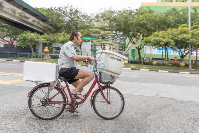 Singapur Chinesischer Fahrradkurier mit Kühlbehältern    SGP, Singapur, 22.02.2017, Singapur Chinesischer Fahrradkurier mit Kühlbehältern  © 2017 Christoph Hermann, Bild-Kunst Urheber 707707, Gartenstraße 25, 70794 Filderstadt, 0711/6365685;   www.hermann-foto-design.de ; Contact: E-Mail ch@hermann-foto-design.de, fon: +49 711 636 56 85
