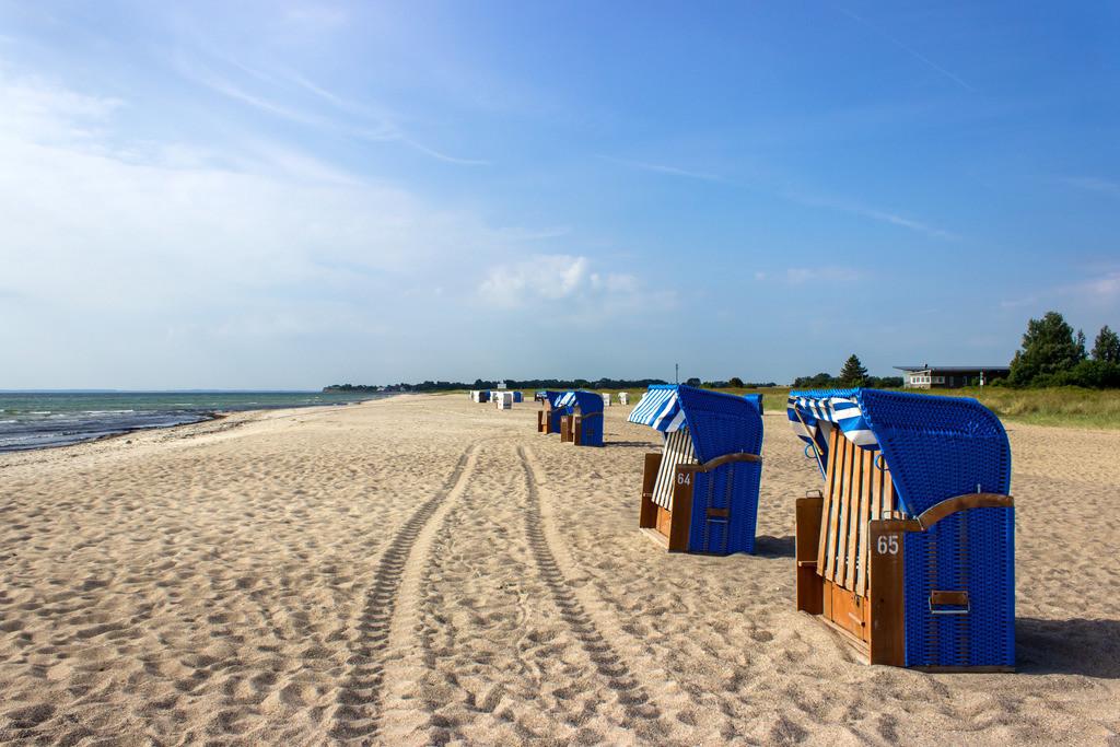 Strand in Weidefeld | Strandkörbe am Weidefelder Strand in Frühling