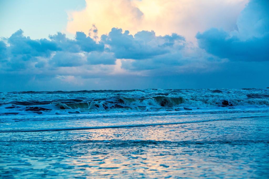 JT-131130-012 | Nordseestrand, aufgewühlte See, Wolkenberge, bei einem Herbststurm