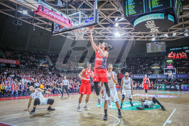 FC Bayern Basketball vs. Science City Jena, Basketball, BBL, 02.02.2019 | Nihad Djedovic #14 (FC Bayern Basketball) am Ball unterm Korb , FC Bayern Basketball vs. Science City Jena, Basketball, BBL, 02.02.2019