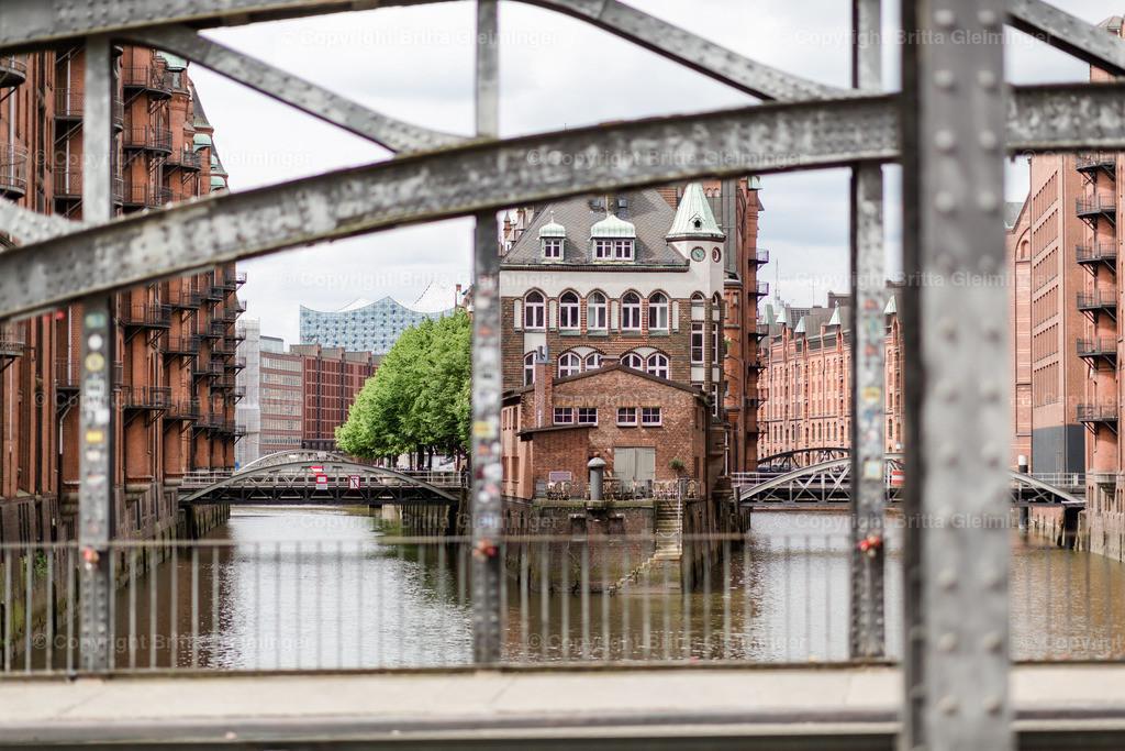 Hamburg Wasserschlösschen 1   Das sogenannte Hamburger Wasserschlösschen ist kein Schloß, sondern das ehemalige Zollgebäude der Wasserzollbehörde. Heute beherbergt es ein renomiertes Teehaus und Restaurant, wo über hundert Teesorten erhältlich sind und einige davon auch vor Ort getrunken werden können. Das Gebäude ist ein beliebtes Ausflugsziel in der Hamburger Speicherstadt und ein ebenso beliebtes Fotomotiv. Im Hintergrund sieht man die Elbphilharmonie.