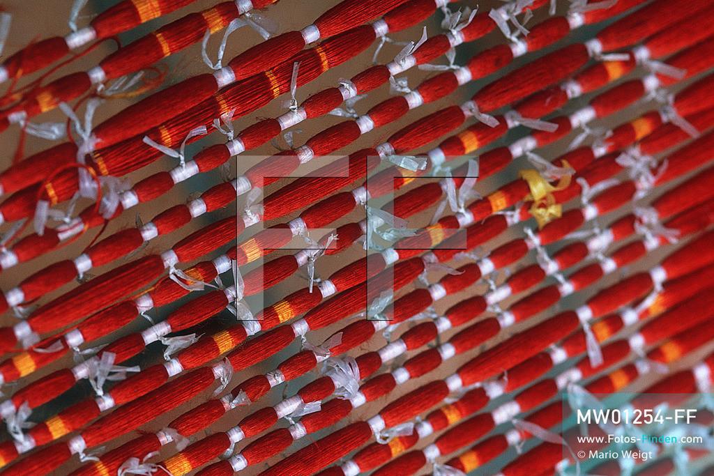 MW01254-FF   Kambodscha   Siem Reap   Reportage: Seidenherstellung   Bei der Ikat-Webtechnik spannt die Weberin die Seidenfäden auf einen Rahmen, bindet diese nach entsprechenden Muster eng zusammen. Im Anschluss erfolgt das Färben, wobei die umwickelten Stellen keine Farbe abbekommen dürfen. Somit entstehen beim Weben geometrische Muster. Die Seidenweberei ist eine uralte traditionelle Handwerkskunst.   ** Feindaten bitte anfragen bei Mario Weigt Photography, info@asia-stories.com **