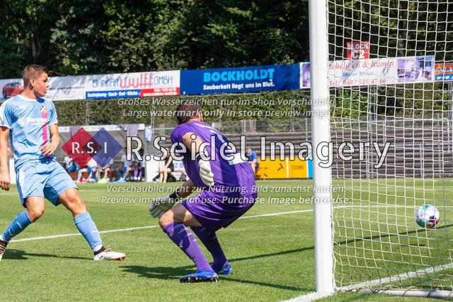 Fußball, Herren, LOTTO-Pokal Halbfinale, FC Eintracht Norderstedt - Altona 93, Edmund-Plambeck-Stadion, 16.08.2020 | Lars Oliver Huxsohl (#1, Norderstedt, Torwart) kann beim 1:1 nur noch hinter sich schauen.