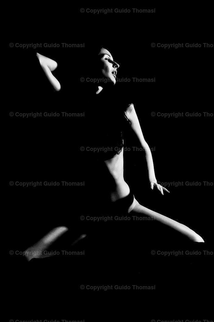 Akt vor Schwarz Galerie | Die hohe Kunst der Aktfotografie. Hier findet Ihr Erotikposter und Aktposter aus meinem langjährigen schaffen. Besonders die Schwarzweiß fotografie finde ich besonders schön.