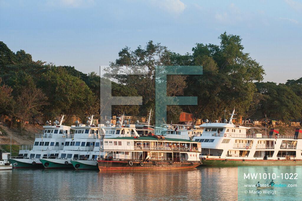 MW1010-1022 | Myanmar | Mandalay-Region | Mandalay | Reportage: Schiffsreise von Bhamo nach Mandalay auf dem Ayeyarwady | IWT-Fähren am Ayeyarwady-Ufer im Abendlicht  ** Feindaten bitte anfragen bei Mario Weigt Photography, info@asia-stories.com **