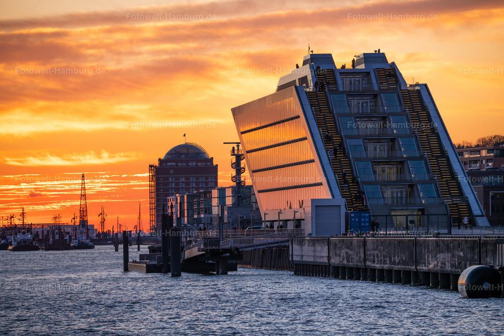 10210311 - Abendrot am Dockland | Die untergehende Sonne taucht die Elbe und das Dockland im Hamburger Hafen in ein faszinierendes Licht.