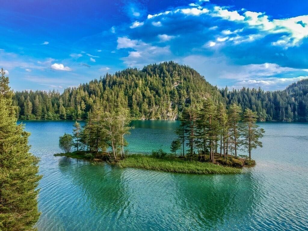 Hintersteiner See | Drohnenaufnahme der Insel im österreichischen See