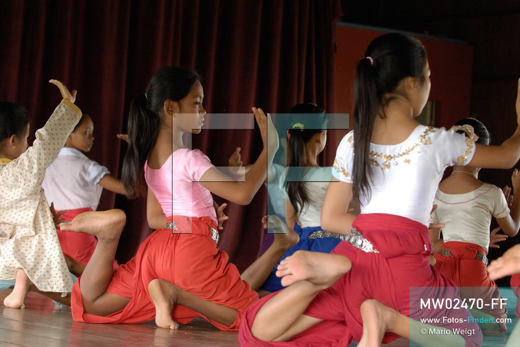 MW02470-FF | Kambodscha | Phnom Penh | Reportage: Apsara-Tanz | Schülerinnen lernen in einer Tanzschule den Apsara-Tanz. Sechs Jahre dauert es mindestens, bis der klassische Apsara-Tanz perfekt beherrscht wird. Kambodschas wichtigstes Kulturgut ist der Apsara-Tanz. Im 12. Jahrhundert gerieten schon die Gottkönige beim Tanz der Himmelsnymphen ins Schwärmen. In zahlreichen Steinreliefs wurden die Apsara-Tänzerinnen in der Tempelanlage Angkor Wat verewigt.   ** Feindaten bitte anfragen bei Mario Weigt Photography, info@asia-stories.com **