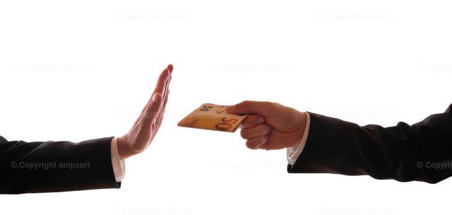 Abweisung einer Bestechung | Ein Mann bietet einem anderen Mann im Anzug Bestechungsgeld an und wird angewiesen.