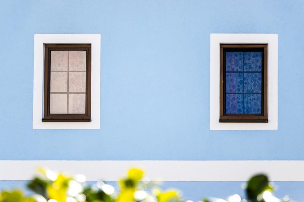 Blaue Fassade mit Fenstern