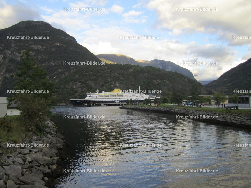 MS Azores in Hellesylt | MS Azores in Hellesylt. Die ehemalige MS Stockholm und MS Völkerfreundschaft fährt momentan als das wohl älteste aktive Kreuzfahrtschiff der Welt als MS Astoria auf dem französischen Markt.