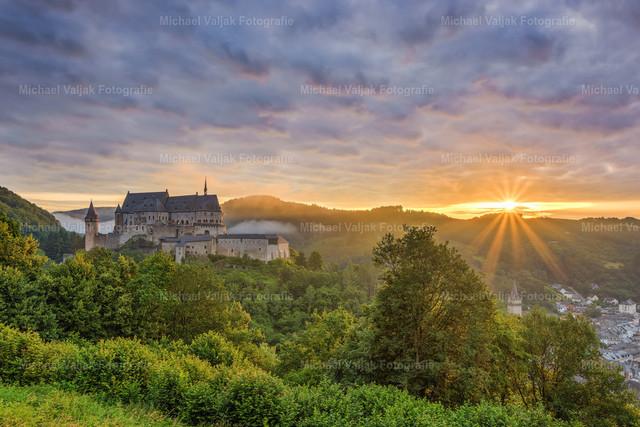 Burg Vianden in Luxemburg | Sonnenaufgang bei der Burg Vianden in Luxemburg.
