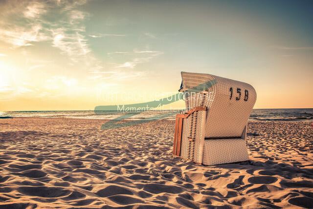 Strandkorb im Sonnenuntergang 2 | Strandkorb im Sonnenuntergang am Strand