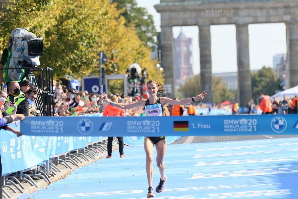 Äthioperin Gotytom Gebreslase gewinnt den Berlin-Marathon 2021 der Frauen   26.09.2021, Berlin, Deutschland. 26.09.2021, Berlin, Deutschland. Bei den Frauen gewinnt Äthioperin Gotytom Gebreslase mit 02:20:09 Strunden, den zweiten Platz gewinnt Hiwot Gebrekidan aus Äthiopien mit 2:21:23 Stunden und Helen Tola auch aus Äthiopien gewinnt den dritten Platz mit 02:23:05 Stunden. Beste deutsche Läuferin kommt auf Rang neun Rabea Schöneborn mit 2:28:49. Das Bild zeigt Rabea Schöneborn.
