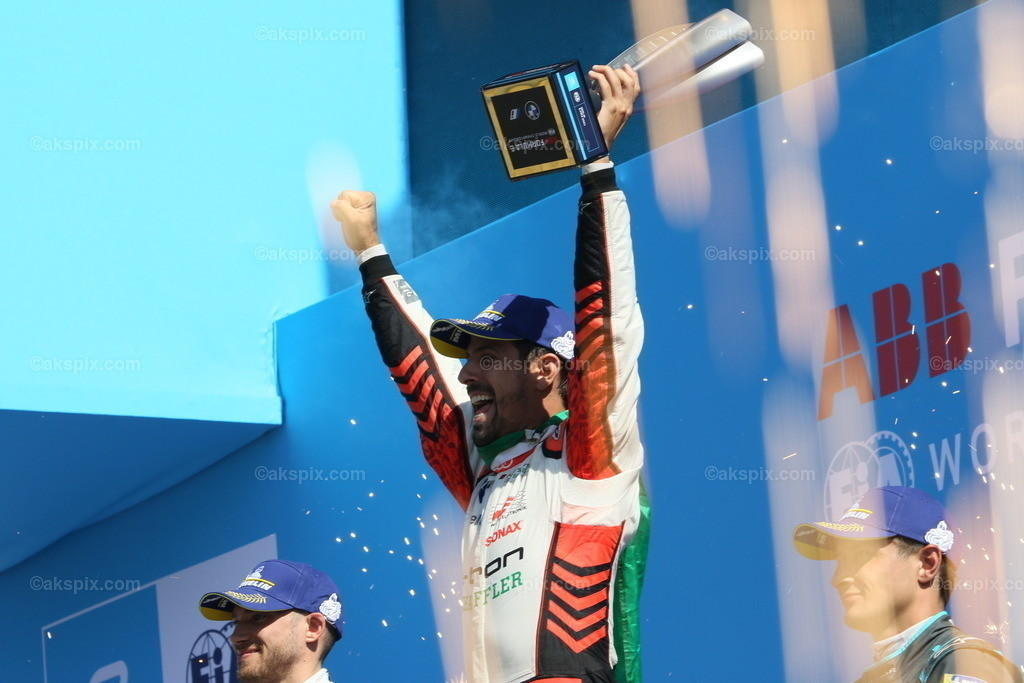 Lucas Di Grassi gewinnt Runde 14. beim BMW i Berlin E-Prix 2021 | Lucas Di Grassi vom Team Audi Sport Abt Schaeffler gewinnt Runde 14. beim BMW i Berlin E-Prix presented by CBMM Niobium. Edoardo Mortara (SUI) vom Team ROKiT Venturi Racing gewinnt den zweiten Platz und Mitch Evans (NZL) vom Team Jaguar Racing gewinnt den dritten Platz. Die Formel E ist am 14. und 15. August zu einem Doppelrennen zum siebenten Mal in Berlin. Die elektrische Rennserie 2020/2021 findet auf dem ehemaligen Flughafen Tempelhof statt. Das Bild zeigt Lucas Di Grassi bei der Siegerehrung.  Der BMW i Berlin E-Prix presented by CBMM Niobium ist das Finale von Saison 7 der ABB FIA Formula E World Championship. Die E Weltmeisterschaft ist zurück in Berlin mit einem Doppelrennen zum Finale der Saison 2020/21.