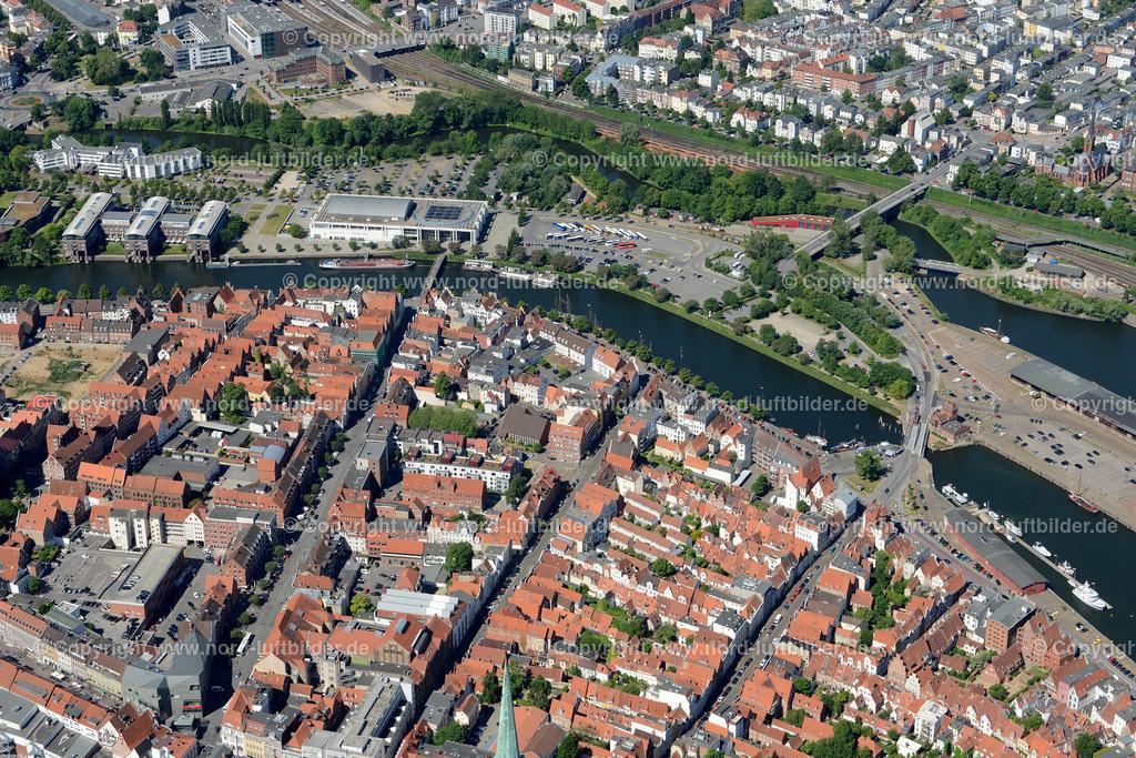 Lübeck_ELS_8394151106 | Lübeck - Aufnahmedatum: 10.06.2015, Aufnahmehoehe: 589 m, Koordinaten: N53°52.326' - E10°41.965', Bildgröße: 6559 x  4377 Pixel - Copyright 2015 by Martin Elsen, Kontakt: Tel.: +49 157 74581206, E-Mail: info@schoenes-foto.de  Schlagwörter;Foto Luftbild,Altstadt,HolstenTor,Kirche,Hanse,Hansestadt,Luftaufnahme,