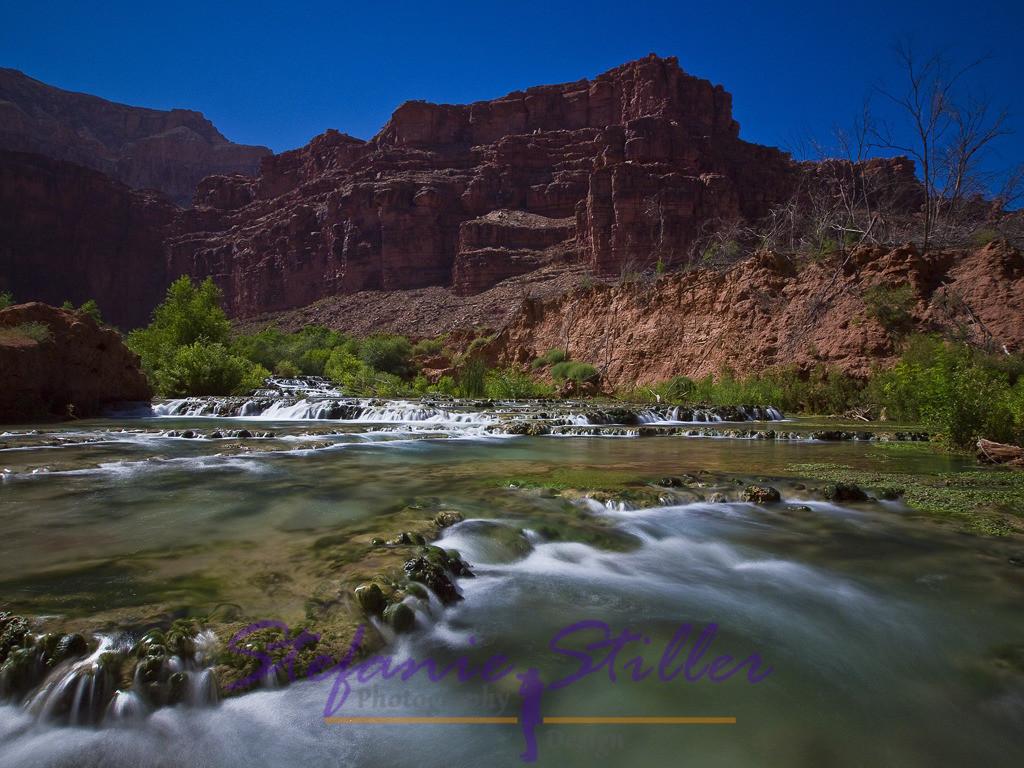 Little Navajo Falls tief im Canyon | Sanft fällt der Havasu Creek über die Stufen der Little Navajo Falls