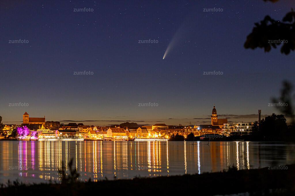 200712_0109-8034 | Ich wünsche euch einen schönen Wochenstart. Wer weiß ob ich noch mal einen so tollen Kometen fotografieren kann.  Da werdet ihr sicher noch so einige Fotos von mir sehen. Allerdings weiß man ja nicht wie das Wetter und der Komet sich noch wirklich verhält und wie lange man noch Fotos machen kann bei denen der komet so toll zu sehen ist.  Wer von euch hat ihn denn schon gesehen oder sollte ich fargen, wer hat ih noch nicht gesehen ;-) Ich selber bin immer wieder von den Naturphänomenen fasziniert die nicht alltäglich sind und bei denen auch Glück eine große Rolle spielt.  Da nehme ich es auch in Kauf trotz akribischer Planung, dass man viele Male kein Glück hat weil die Wetter oder Phänomenvorhersage nicht zutrifft.  Denn oftmals passt dann doch Alles zusammen. :-)   EXIF Daten: EOS 5D IV Brennweite - 85 mm Blende - F 2,8 Belichtung - 4 Sekunden    Fotozeit - 01:09 Uhr