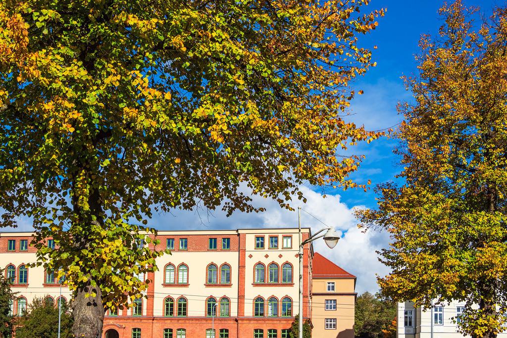 Blick auf Gebäude in der Hansestadt Rostock im Herbst | Blick auf Gebäude in der Hansestadt Rostock im Herbst.