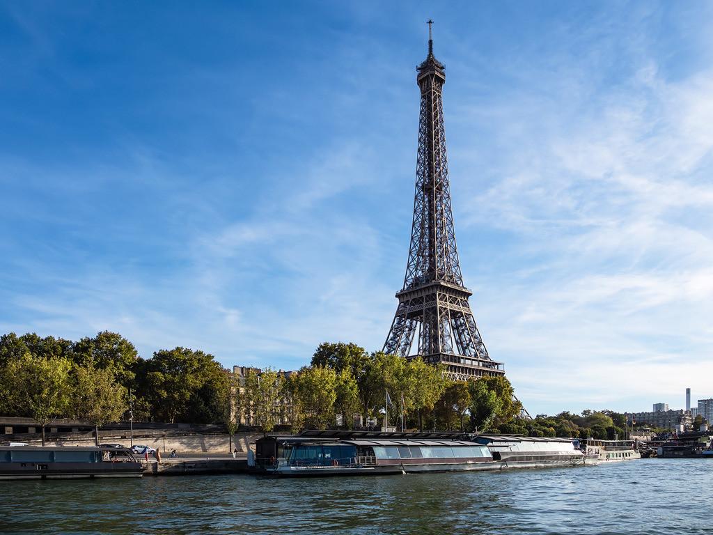 Blick auf den Eiffelturm in Paris, Frankreich | Blick auf den Eiffelturm in Paris, Frankreich.