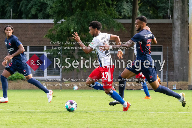 Fußball, Herren, Testspiel, Hamburger SV - FC Midtjylland, HSV-Trainingsplatz am Volksparkstadion, 20.08.2020   Xavier Amaechi (#17, HSV), Júnior Brumado (#74, Midtjylland)