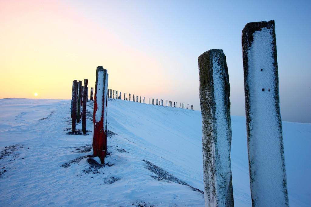 JT-101220-525   Winter auf der Halde Haniel, oberhalb des Bergwerkes Prosper-Haniel. Kunstwerk, im Rahmen der Landmarken-Kunst auf dem Gipfel der Halde. Aus mehr als 100 bearbeiteten Eisenbahnschwellen hat der baskische Maler und Bildhauer AgustÌn Ibarrola die Installation