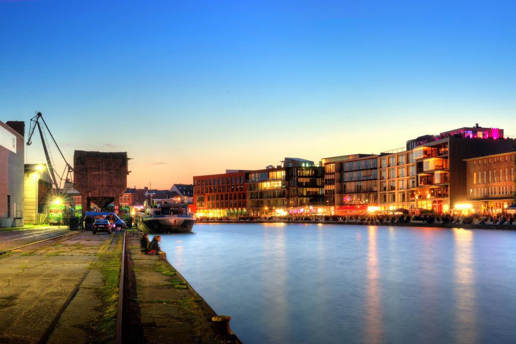 Münster alter Hafen mit Ladekran während des Hafenfests im Sommer | Dämmerungsfoto in der blauen Stunde vom alten Hafen in Münster mit Ladekran und Hafenfest auf dem Kreativkai - Münster-Foto 3x2