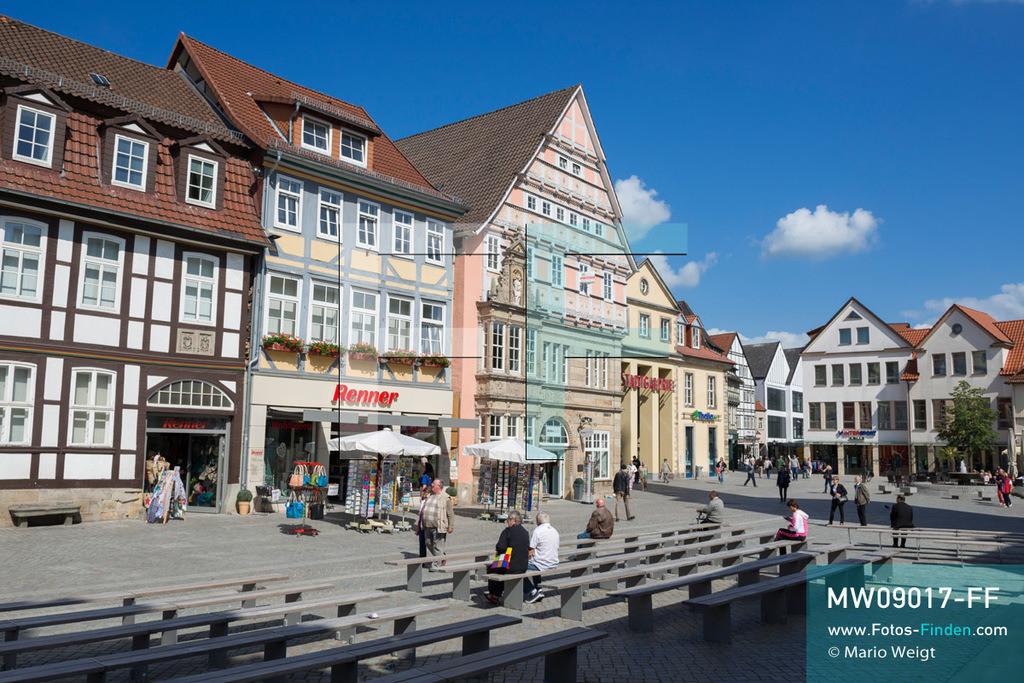 MW09017-FF | Deutschland | Niedersachsen | Hameln | Reportage: Reise entlang der Weser | Marktplatz mit Fachwerkhäusern und dem Dempterhaus. Das historische Gebäude wurde im Stil der Weserrenaissance und der Giebel in Fachwerkbauweise von Bürgermeister Tobias von Dempter 1608 errichtet. Die Stadt ist berühmt für das Märchen