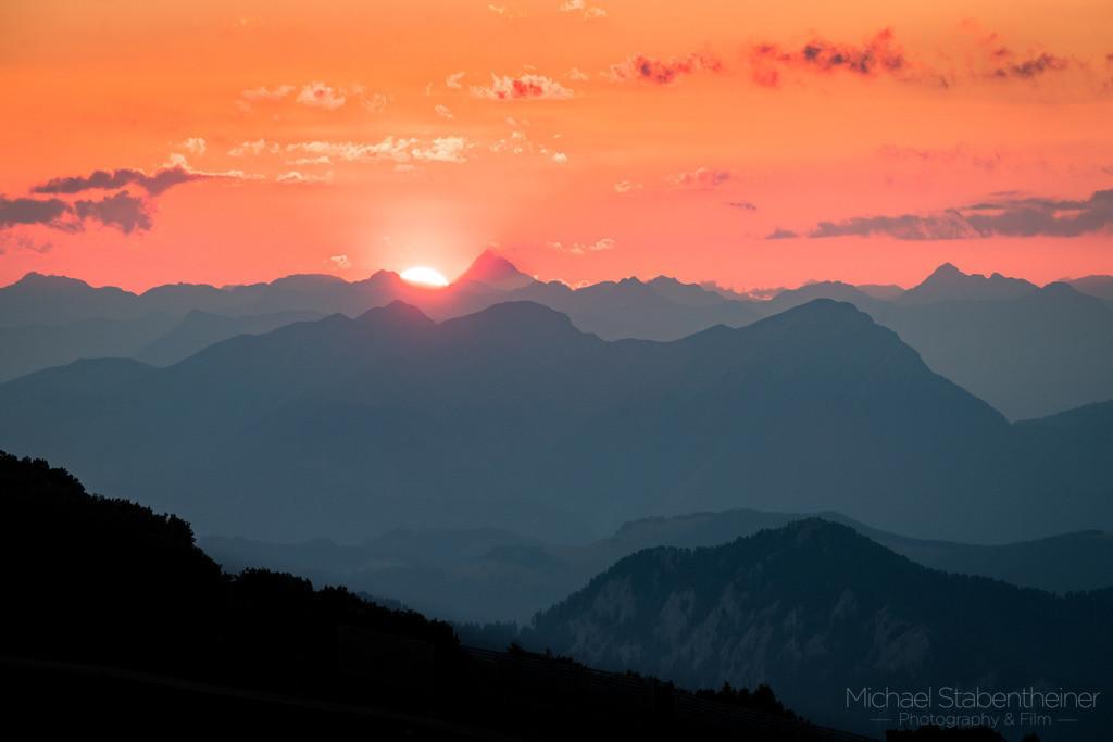 Blick in den Sonnenuntergang | Blick Richtung Großglockner am Hausberg von Villach. In der Nähe vom Gailtal und der Grenze zu Slovenien und Italien.